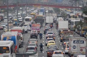 Trânsito na Avenida Brasil no Rio de Janeiro.